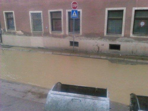Н1: Улица у Алексинцу раскопана месецима, грађани газе по блату