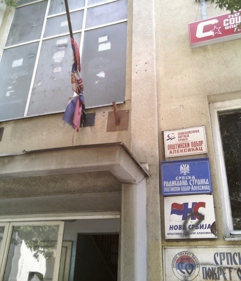 Pocepana zastava na zgradi političkih partija