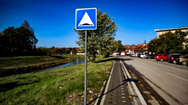 Znak je postavljen, a vozači neka pogađaju o čemu se radi